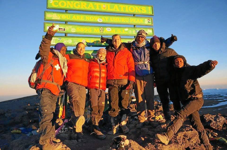 En la cima del Kilimanja-ro junto a su esposa (a su izquierda), a sus dos com-pañeros, al guía y al equipo de soporte.