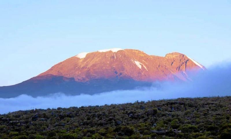 A medida que se asciende se empieza a vislumbrar la cima del monte Kili-manjaro.