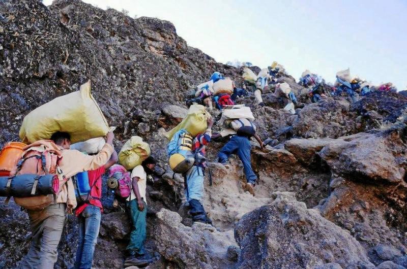El equipo de soporte es clave en el ascenso a la montaña.