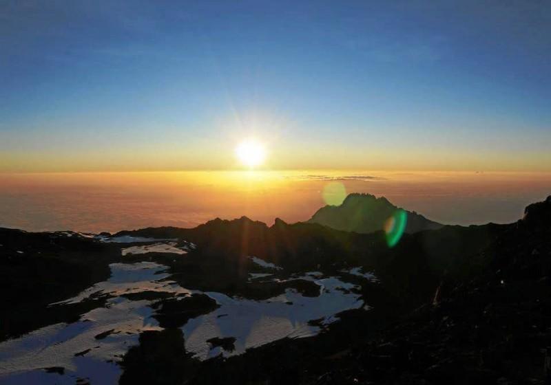 El amanecer los sorpren-dió al llegar a la parte más alta del monte.