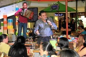 'El Curry' cantándole a las secretarias en La Quinta.