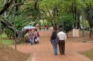 La mujer y su hija estaban en una banca del parque San Pío cuando llegó una uniformada a cuestionar su relación.