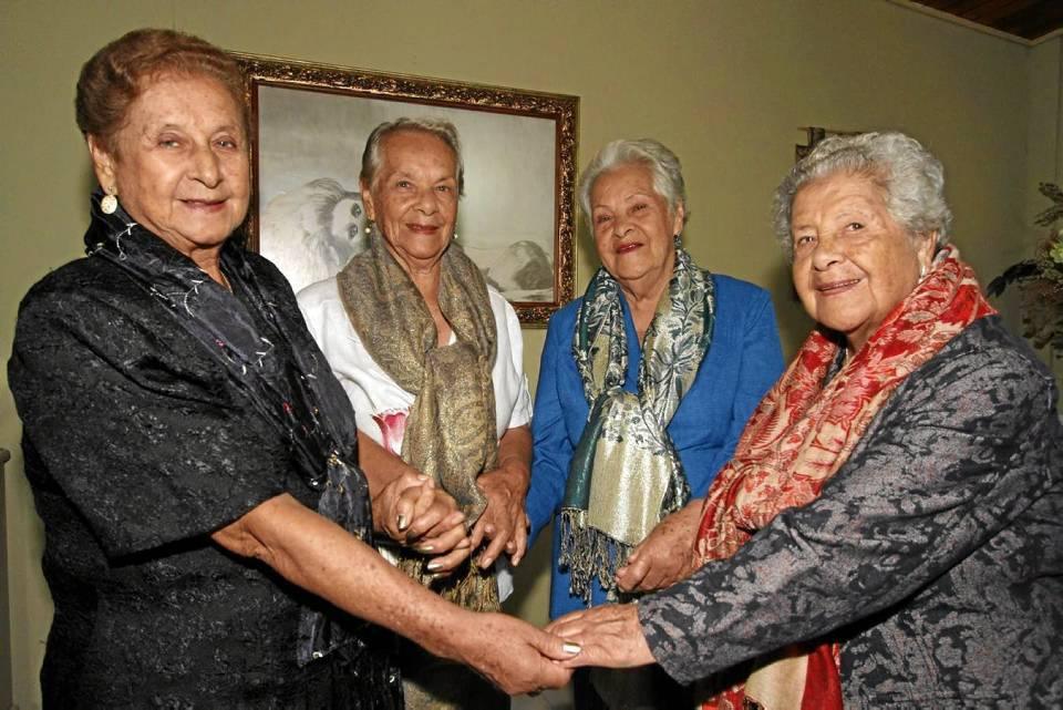 Las hermanas Delgado Torres son el motivo de encuentro de esta familia.