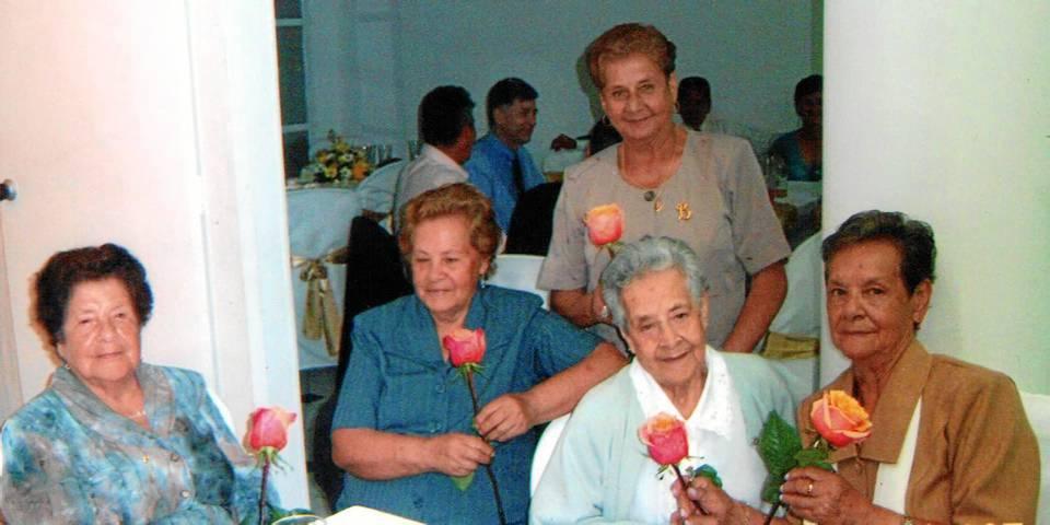 Las abuelitas se reúnen con frecuencia a compartir expe-riencias con sus hijos y nietos.