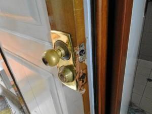 Así quedó la chapa de la vivienda que por momentos fue presa de los delin-cuentes.