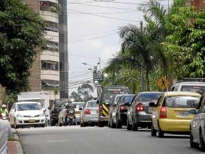 Los residentes de este sector de la carrera 38 se quejan por la falta de zonas prio-ritarias para peatones.