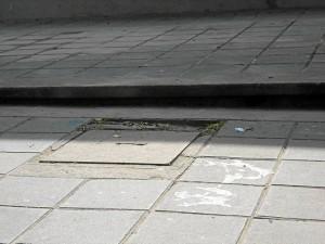 No solo los andenes, los orillos de las tapas de alcantarillas también están deteriora-dos. Este está en la carrera 33 a pocos metros de la Clínica Bucaramanga.