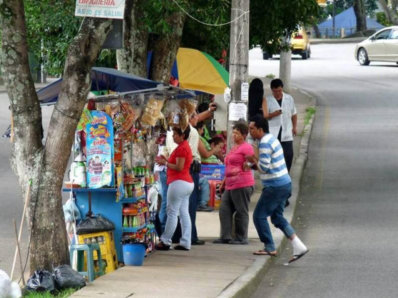 En el separador de la avenida La Rosita entre las carreras 27 y 30 persiste la venta ambulante de comidas y tintos.