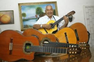 Don Pedro, amante de las guitarras.