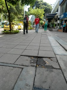 Estas lozas presentan un desnivel. Foto tomada frente al Centro Comercial Cosmo-centro, entre calles 51 y 52.