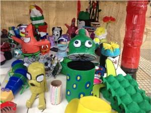 Se expusieron objetos hechos con material reciclable.