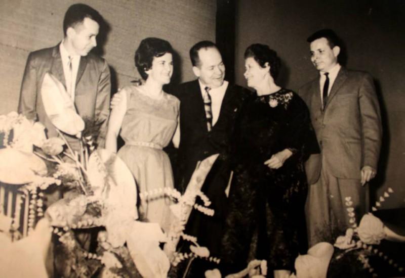 El 23 de mayo de 1963, durante la ceremonia de inauguración de El Teatro Analucía. De izquierda a derecha: Hernando Díaz, Helga Behr,Saúl Díaz, fundador de El Teatro Analucía, hoy El Teatro Corfescu; Analucía de Díaz y Cristian Díaz.