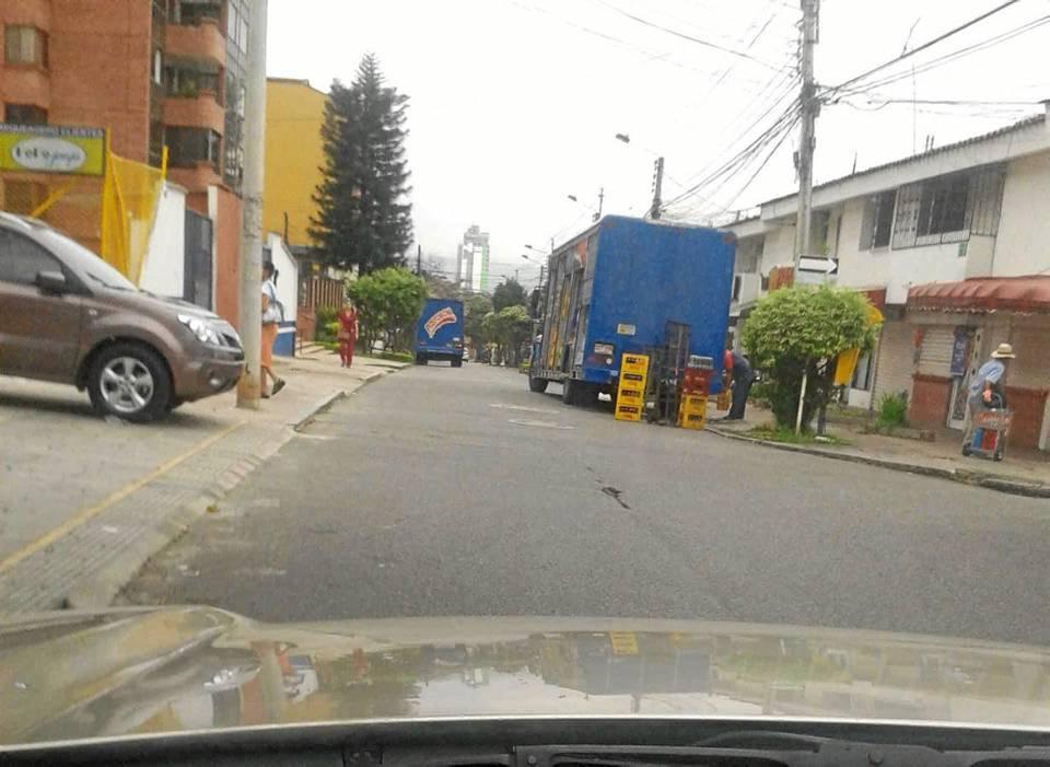 En la foto se observan dos camiones estacionados a lado y lado de la carrera 35 con ca-lle 55.