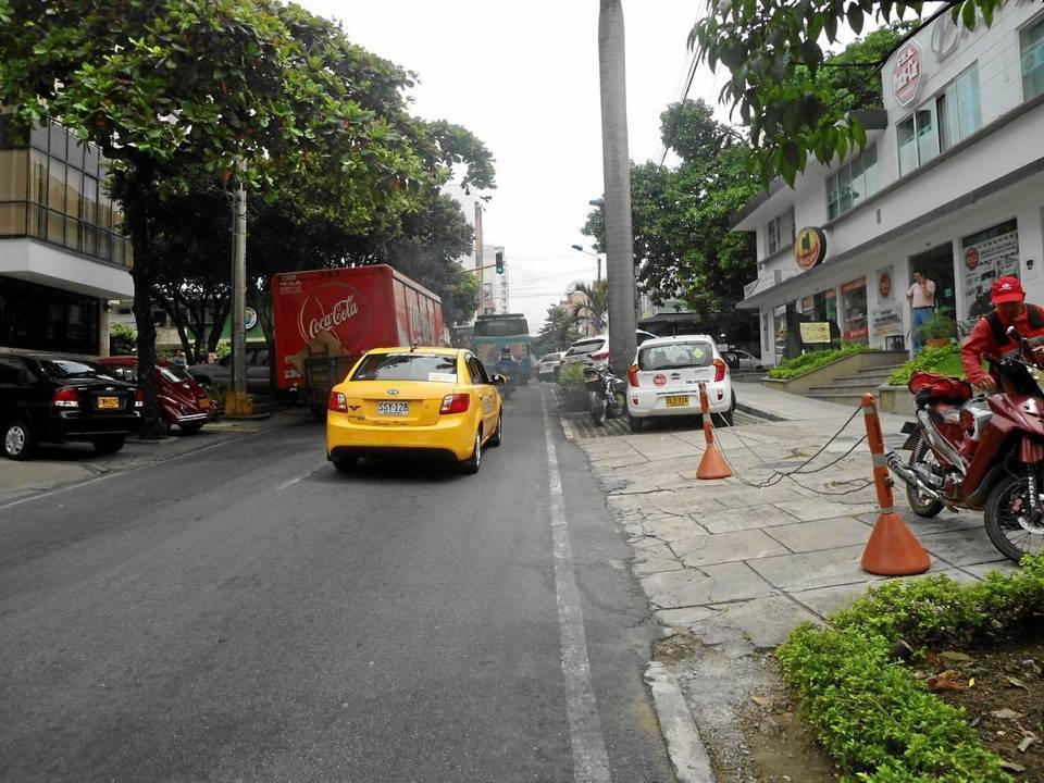 El caso de los camiones se repite en otros sectores como este de la carrera 36 con calle 42.