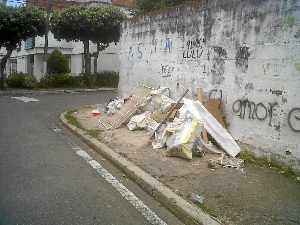 El ciudadano pide más control a las basuras de esta esquina.