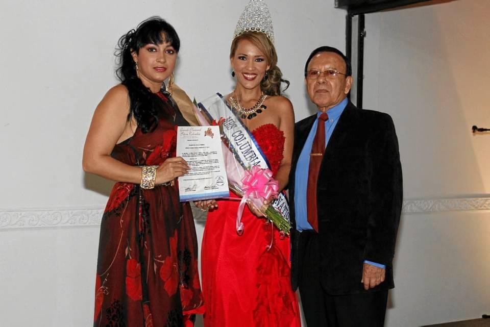 La Señora Colombia junto a Marshi Landazábal y Climaco Otero en la noche de coronación.