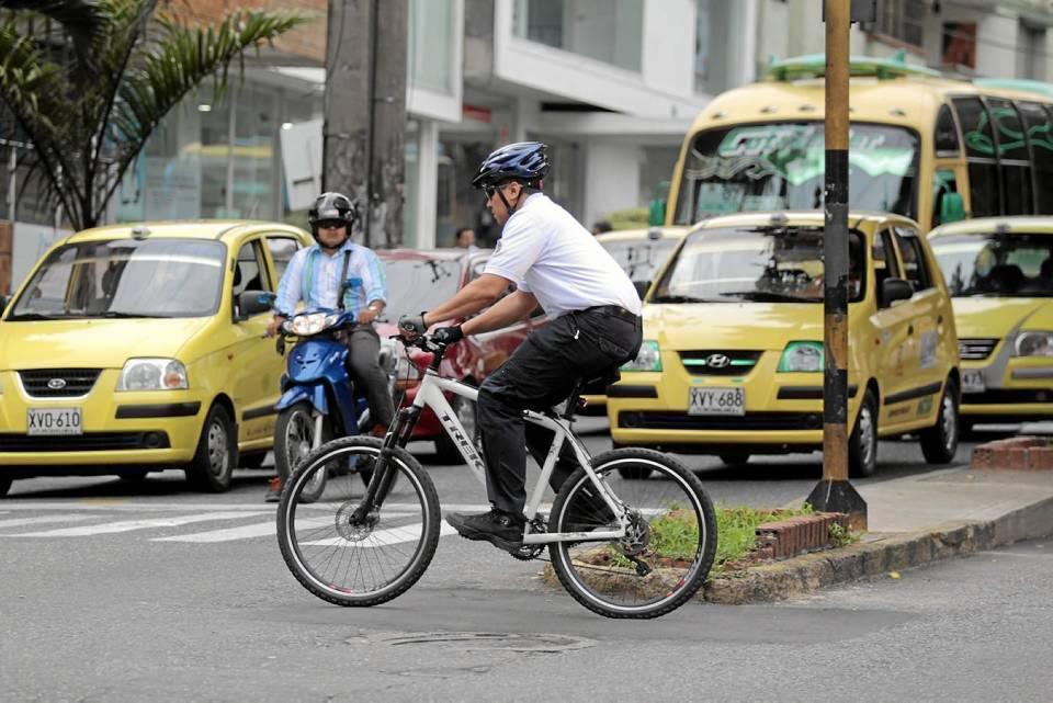 Algunos ciclistas tuvieron que hacer de las suyas para poder circular por las vías de la ciudad.