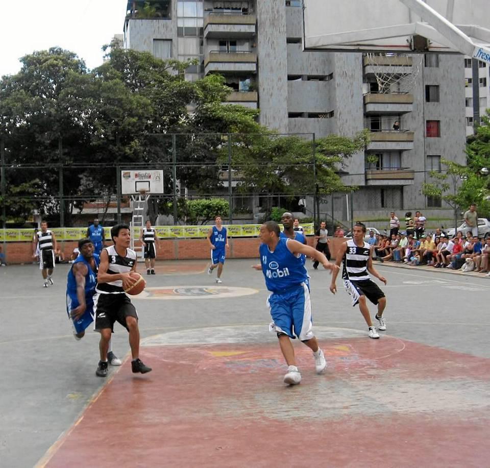El baloncesto de los fines de semana reúne a familias enteras en torno a este escenario de San Pío.