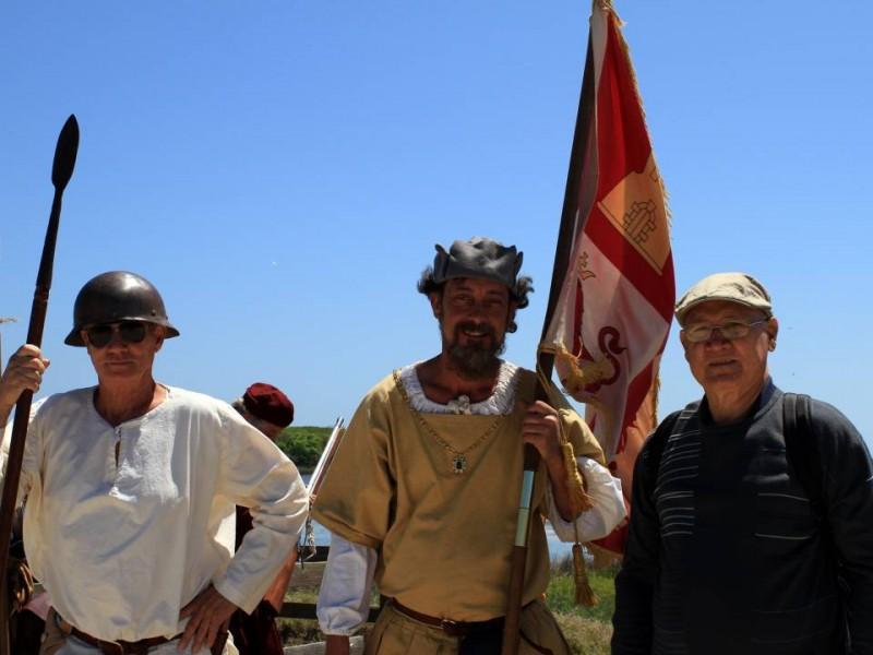 Los asistentes a la fiesta como don Juan posan junto a personas que lucen atuendos de la época del descubrimiento de La Florida.