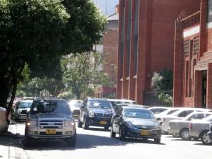El domingo es el día más congestionado en esta calle, por lo tanto las bahías siempre están llenas. - Jaime Del Río Quiroga /  GENTE DE CABECERA