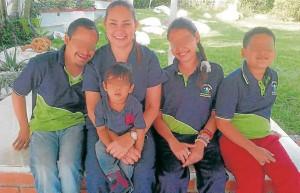 En la fotografía aparece la doctora Blanca Nelly Mora Boneth junto con algunos de sus niños del centro educativo NEURO-SABER