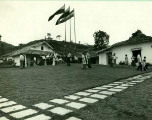 Así lucía el parque cementerio en los años 80, conservando la casona antigua de la vieja hacienda San Bernardo. - Archivo / GENTE DE CABECERA