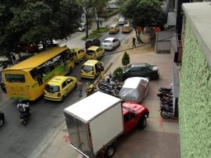 Esta invasión de andenes ocurre en la calle 48 entre carreras 27 y 27A. - Suministrada M. Meneses S. /GENTE DE CABECERA