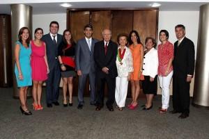 Su esposo Fritz Campos, sus hijos y demás familiares la acompañaron en la condecoración