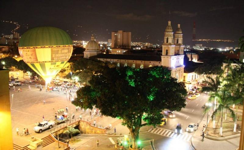 El globo se elevó a más de 30 metros de altura sobre la plaza cívica Luis Carlos Galán
