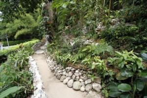 Los senderos arreglados de Altos del Jardín están ubicados en la línea perimetral del lote de las casas hundidas (carrera 40)