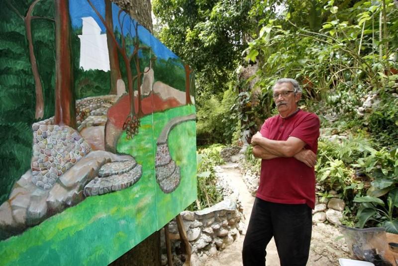 El tema del cuadro que actualmente pinta Jorge Tobón Jaramillo es el mismo en el que trabaja día a día: el embellecimiento de los jardines de su sector residencial