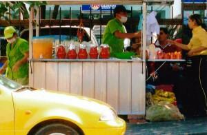 Ventas de limonada y jugo se siguen viendo en la calle 51, según la foto enviada por el . - Suministrada /GENTE DE CABECERA