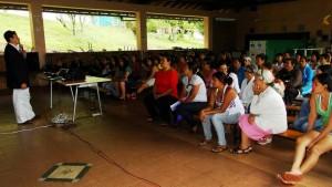 Los programas también incluyen a los padres de familia, quienes reciben charlas formativas.