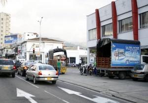 El lector reclama el espacio para el peatón y la libre circulación de vehículos en la carrera 27. - Archivo / GENTE DE CABECERA