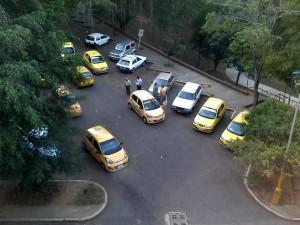 Vecinos del parque de Los Leones se quejan por el estacionamiento diario de taxis en el parqueaderos público