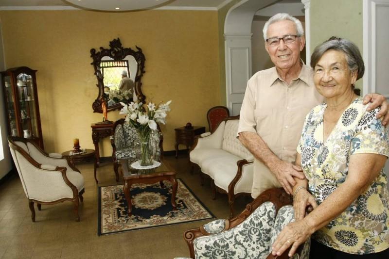 Don Augusto Luna y Leonor Paredes han recibido en su mueblería a clientes que cuando fueron niños acompañaron a sus padres a comprar en este sitio