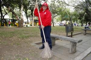 Gladys Ardila se encarga de limpiar el parque de la carrera 33, frente a Coomeva, sin embargo una siembra de prado y algunas flores embellecerían más el lugar. - Archivo / GENTE DE CABECERA