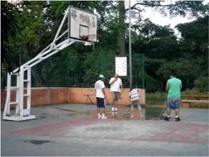 Un grupo de deportistas que usa la cancha se unió con la JAC de El Prado para velar por el mantenimiento de este importante lugar de sano esparcimiento. - Suministrada / GENTE DE CABECERA