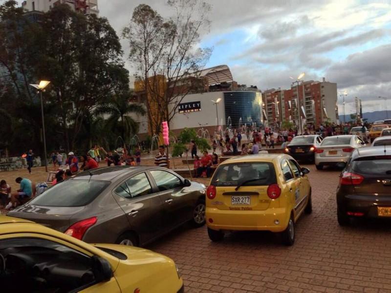 """Respecto a la polémica desatada por el uso de la fuente de Neomundo como 'pileta pública', @profejuancho dijo: """"Hablemos del trancón: los señores dejan los autos detenidos en un puente reduciéndolo a un carril"""""""