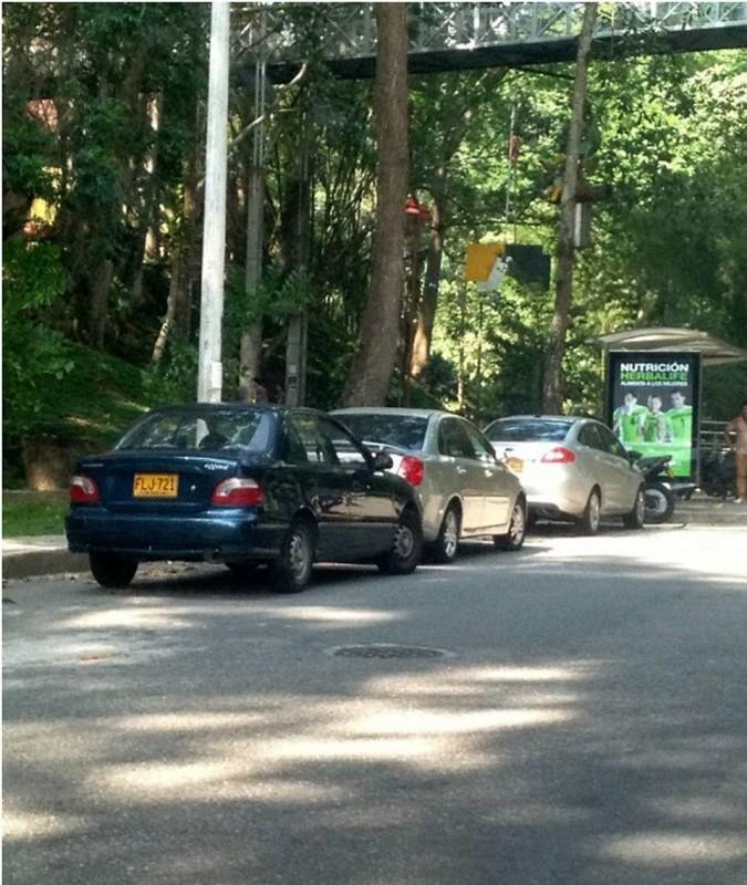 En la avenida El Jardín, frente a la Unab, también se estacionan carros ignorando el caos que pueden causar por estar en sitios prohibidos