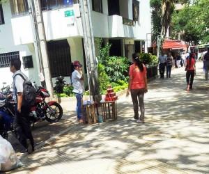 Con esta fotografía una lectora quiso denunciar el retorno de una venta de frutas y jugos en la calle 46 frente al parque San Pío. - Suministrada /GENTE DE CABECERA