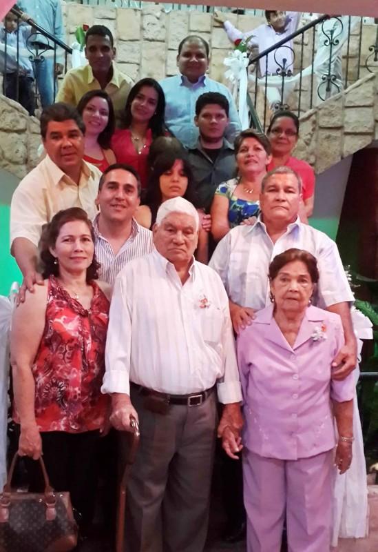 José Ramiro Sánchez y Ana Sofía Becerra junto a sus hijos Orlando, Jorge, Miriam, Hercilia y Marlene, y sus nietos. - Suministrada / GENTE DE CABECERA