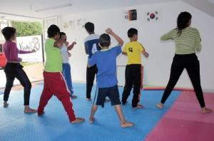 Los niños practican el taekwondo en la escuela Kwando, donde encuentran además una oportunidad de descubrir sus talentos y aspirar a ser deportistas competitivos. - Javier Gutiérrez / GENTE DE CABECERA