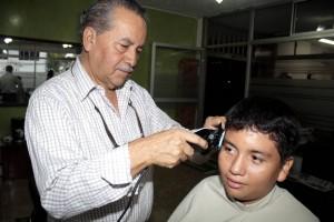 Cada vez que peluquea se encariña más con los niños, pues además les recuerdan a sus nietos y bisnietos.