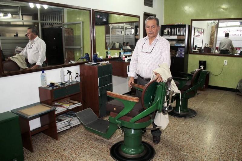 Juan de Dios Vega Cárdenas tiene más de 50 años de peluquear niños y señores