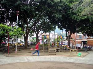 Con las nuevas luminarias se espera contrarrestar la inseguridad que amenaza al parque. - Mauricio Betancourt /GENTE DE CABECERA