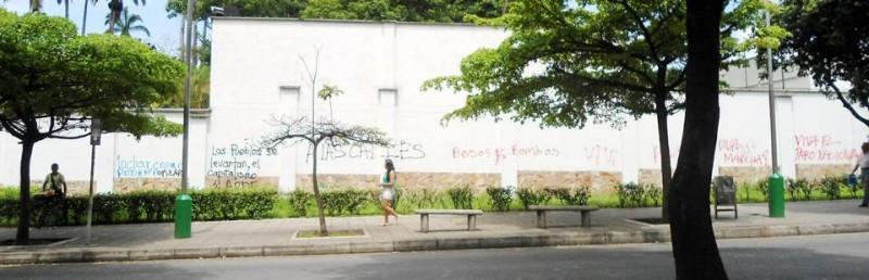 Uno de los establecimientos más afectados fue el Club Unión, cuya pared de la carrera 33 quedó llena de grafitis. La Gorda de Botero (a la derecha) tampoco se salvó