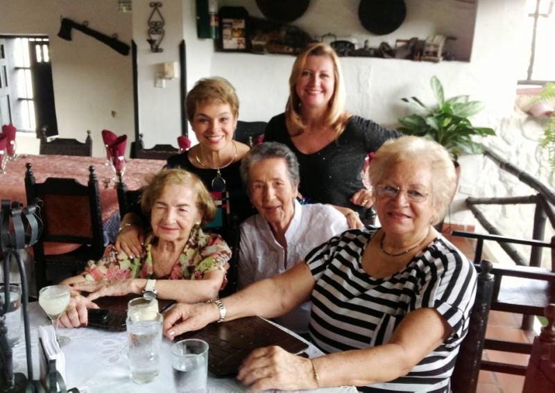 De pie: María Helda Ortiz y Eysnelda Amaya. Sentadas: Roslen de Puentes, Marina de Picón y Leticia de Rosero. - Suministrada /GENTE DE CABECERA