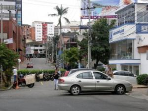 En este punto de la carrera 32 con calle 36 constantemente hay carros estacionados. - Jaime Del Río /GENTE DE CABECERA