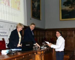 Durante la entrega del reconocimiento con las directivas de la universidad